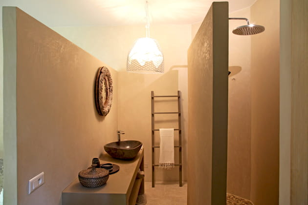 Salle de bains à la déco brut