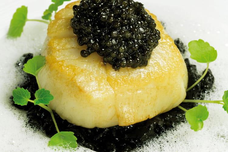 Saint-Jacques poêlée, risotto à l'encre de seiche, émulsion au parmesan, caviar réserve Akitania