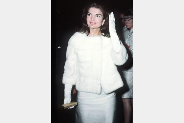 Jackie Kennedy en robe et fourrure blanche