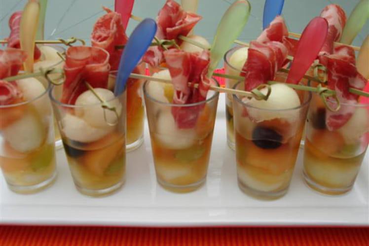Verrines apéritives melons, raisins, coppa