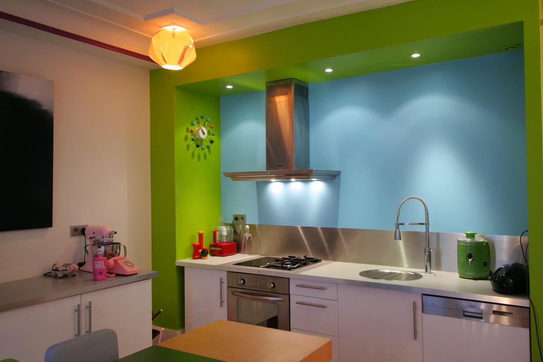 une cuisine familiale. Black Bedroom Furniture Sets. Home Design Ideas