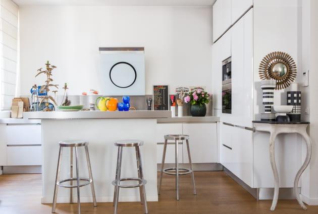 Une cuisine blanche et métallique