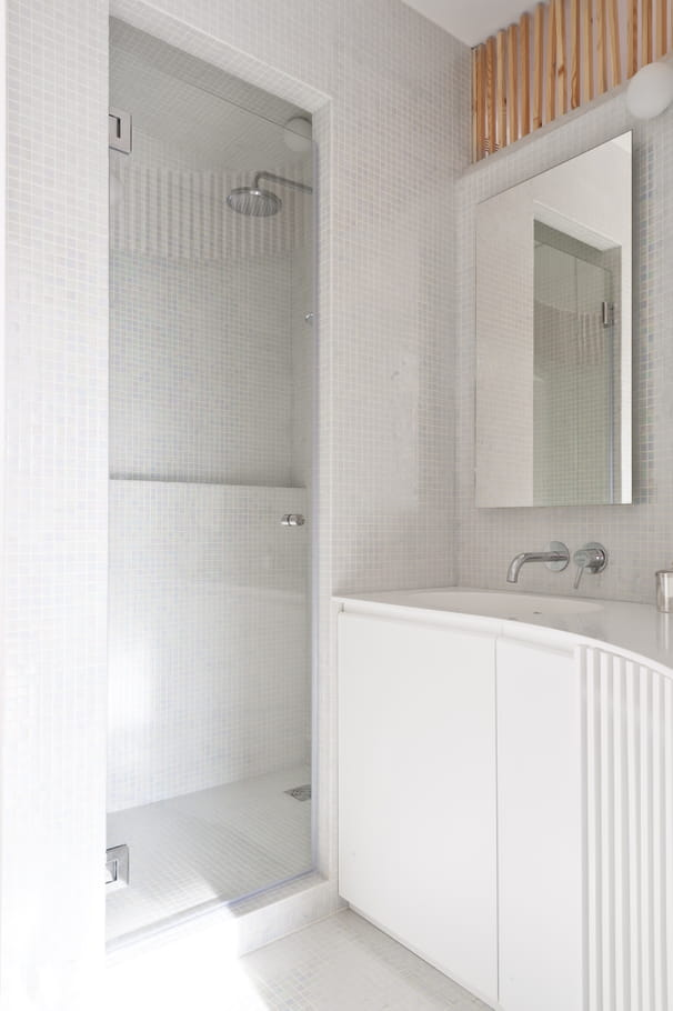 une petite salle de bains fonctionnelle un petit appartement malin et lumineux journal des. Black Bedroom Furniture Sets. Home Design Ideas