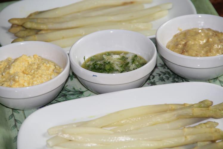 Asperges tièdes et leurs trois sauces froides