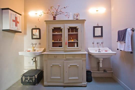 Une salle de bains rose for Deco salle de bain rose