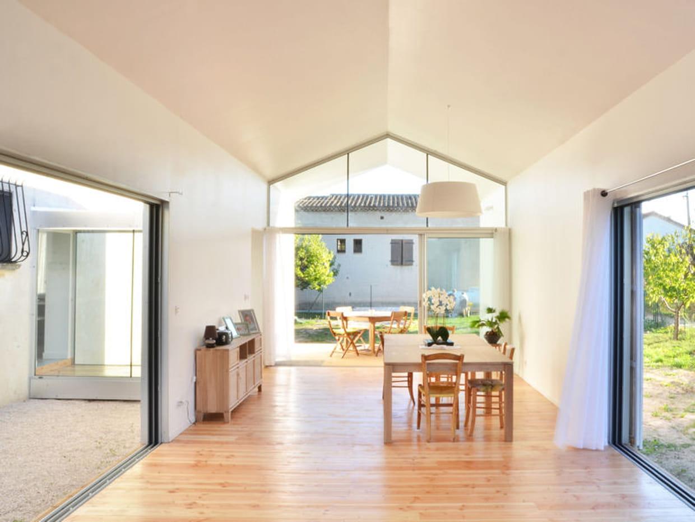 Une maison en bois peinte en blanc for Salon maison bois