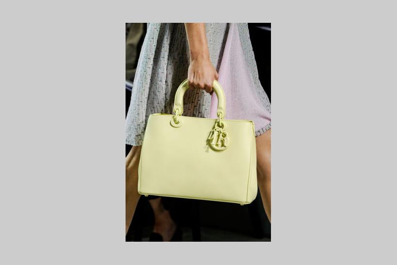156bef243f Comment porter son sac à main ? 12 façons pour varier les plaisirs
