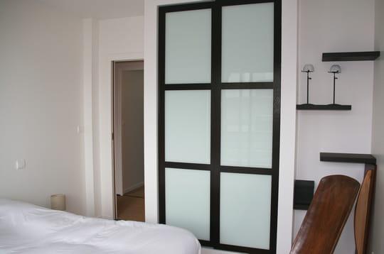 Une chambre tout de blanc vêtu