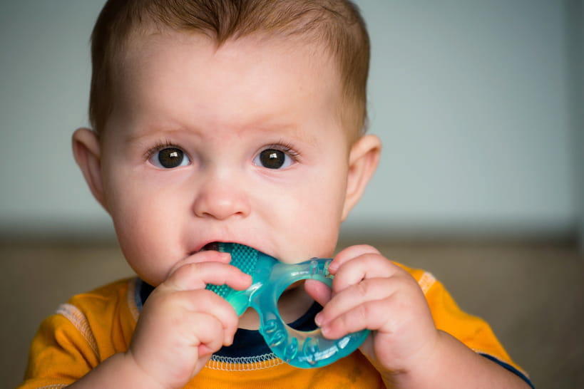 Mon bébé fait ses dents, comment le soulager ?