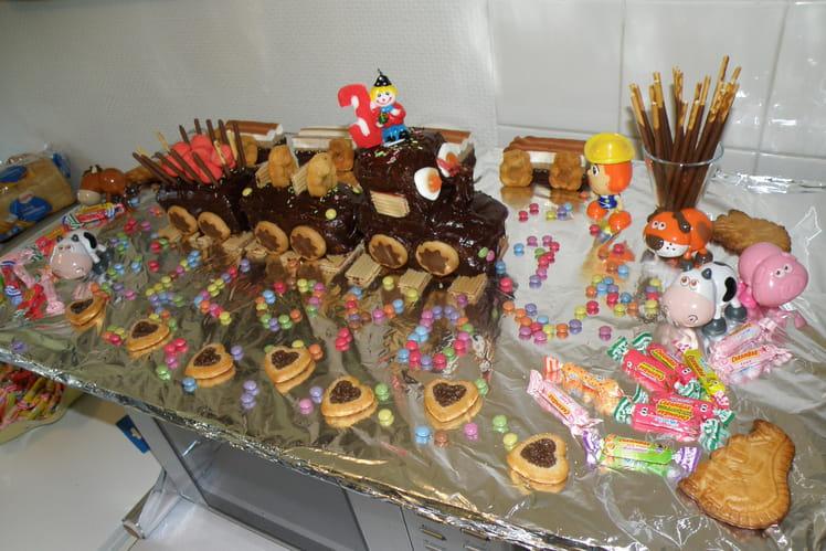 Gâteau d'anniversaire en train et bonbons