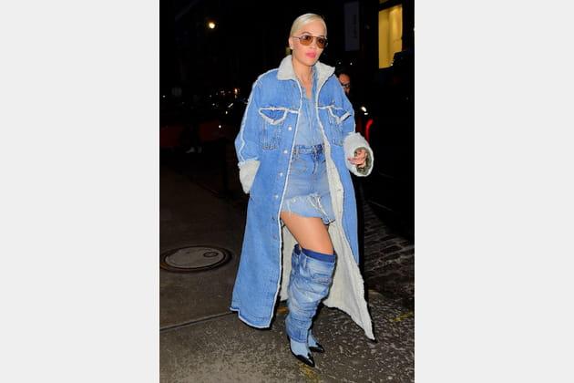FLOP: Rita Ora en total look jean