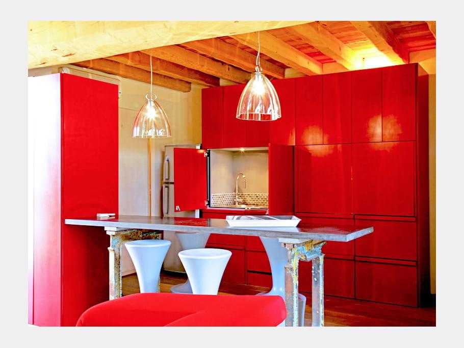 une cuisine apparat rouge mat cuisine rouge des pi ces tendance et modernes journal des femmes. Black Bedroom Furniture Sets. Home Design Ideas