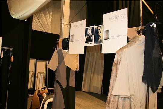 Fashion week : défilé Guy Laroche, prêt-à-porter automne-hiver 2011-2012 les portants des tops