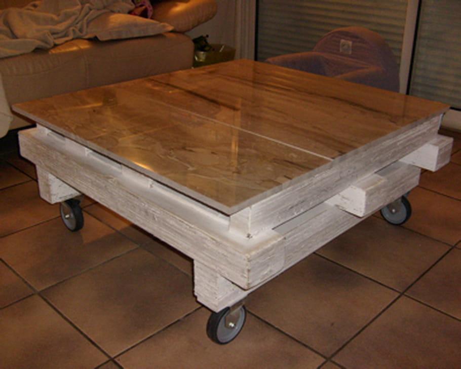 superposer des palettes pour la table basse. Black Bedroom Furniture Sets. Home Design Ideas