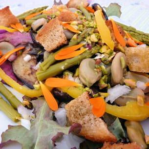 salade de fèves et d'aubergines aux croûtons aillés