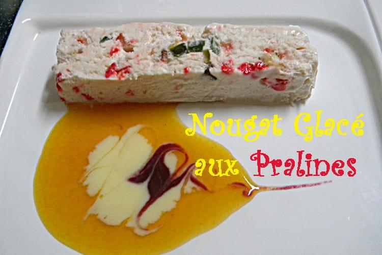 Nougat glacé aux pralines rouges, sauce abricot