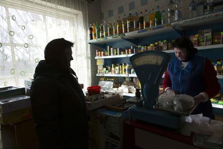 Une femme fait ses courses alimentaires