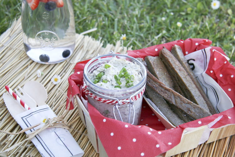 Tartinade de graines de tournesol à l'aïl vert, frites de sarrasin sans gluten et végétalienne