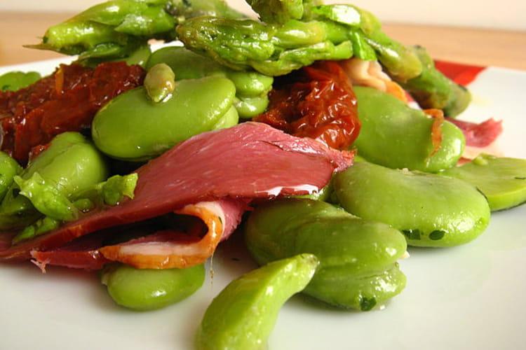 Salade de fèves aux asperges et magret de canard