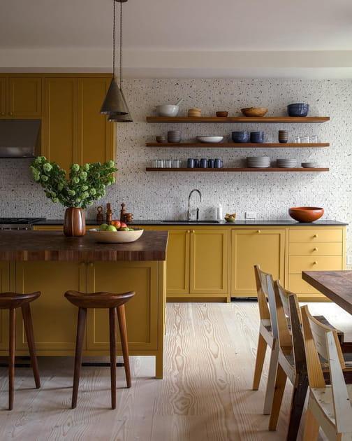 Une cuisine entre jaune moutarde et bois