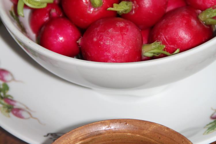 Radis rouges au beurre de fleurs de ciboulette