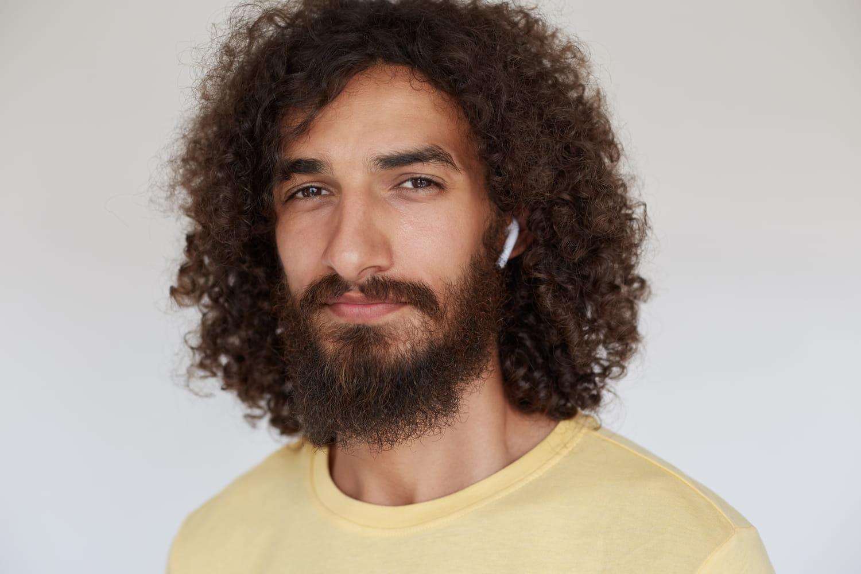 Cheveux frisés pour homme: idées coiffures et entretien