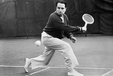 François Mitterrand jouant au tennis dans les années 50