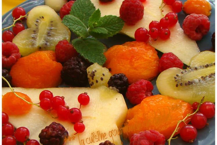 Salade estivale d'abricots, poires, kiwi, groseilles, framboises et mûres