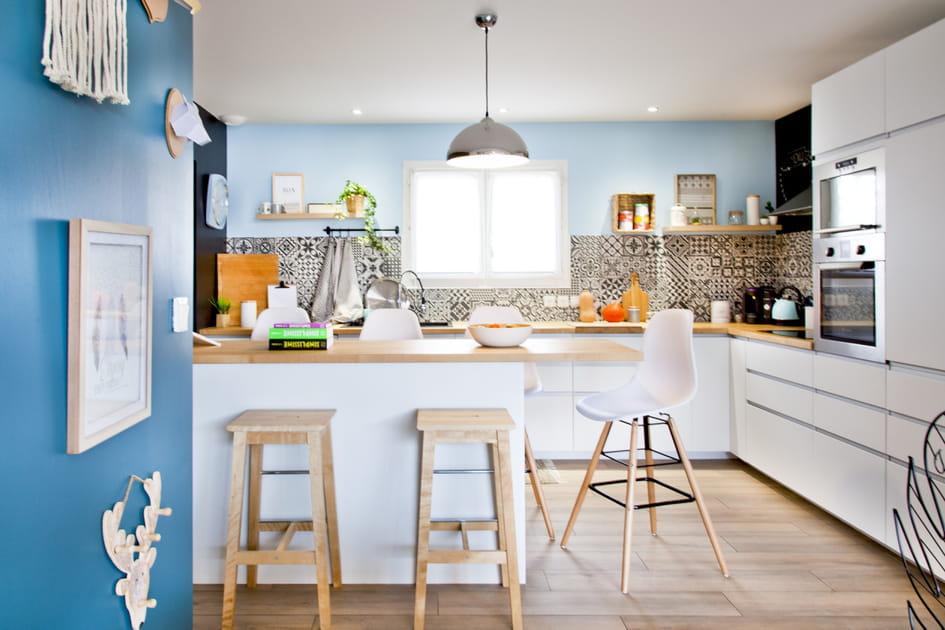 Une cuisine blanche teintée de bleu