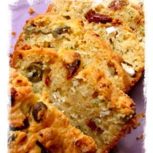 cake aux tomates séchées, fêta et olives