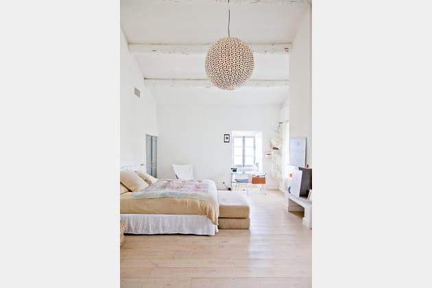 Chambre blanche très haute de plafond