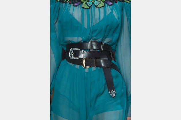 Les accumulations de ceintures du défilé Alberta Ferretti