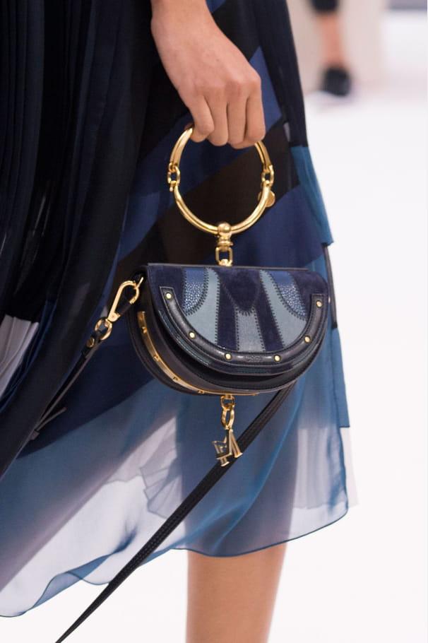Le petit sac à anse ronde métal du défilé Chloé
