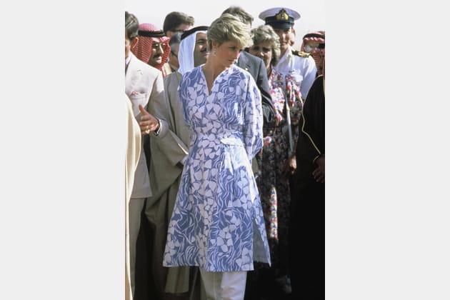 Lady Di en robe bleue imprimée
