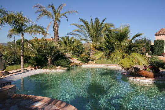 Spa avec débordement dans la piscine