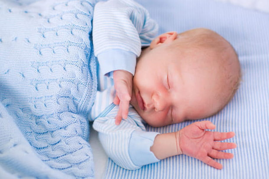 Plagiocéphalie: que faire si mon bébé a la tête plate?