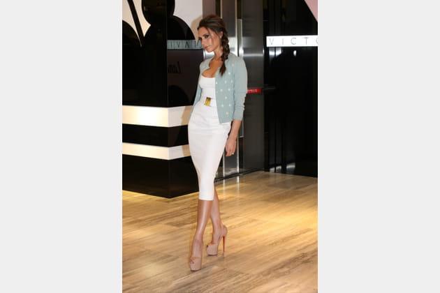 Victoria Beckham en robe crayon blanche et chaussures Louboutin