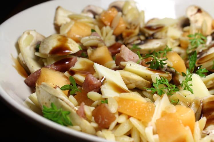 Salade de pâtes aux lardons, melon, champignons