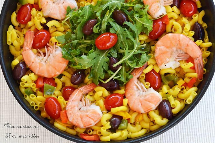 Pâtes coquillettes au safran, gambas, poivrons, olives et tomates cerise