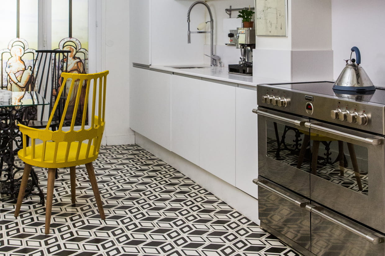 Une cuisine avec piano de cuisson en inox