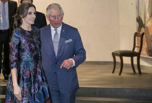 La Reine Letizia d'Espagne et le Prince Charles à une exposition londonienne
