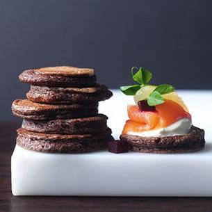 blinis au chocolat, saumon fumé et oeuf poché