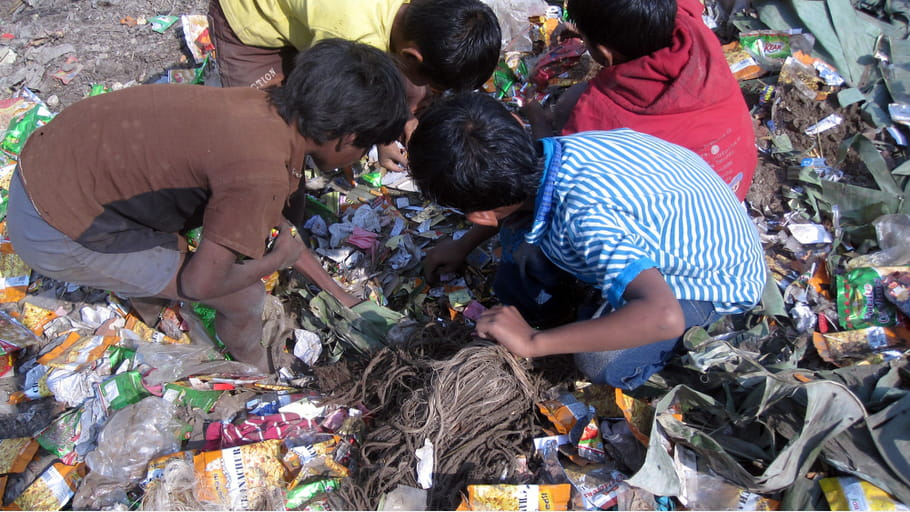 chasse au tr sor dans les ordures le bangladesh travers les yeux des enfants des rues. Black Bedroom Furniture Sets. Home Design Ideas