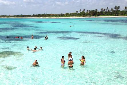 Baignade dans les piscines naturelles de la mer des Antilles