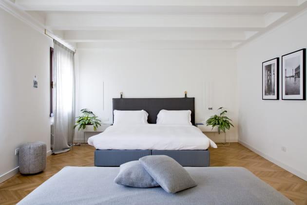 Une chambre luxueuse avec parquet point de Hongrie