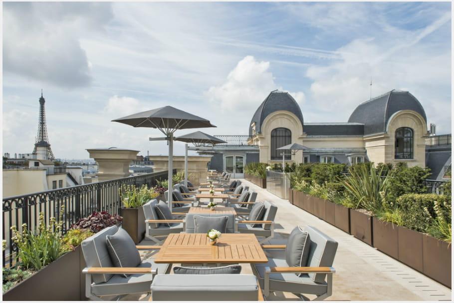 Le toit-terrasse du restaurant L'Oiseau Blanc au Peninsula