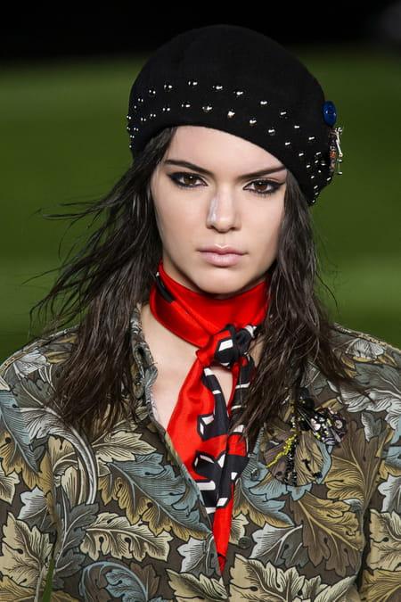 Comment nouer et porter le foulard en soie style carr - Comment porter un petit foulard carre ...