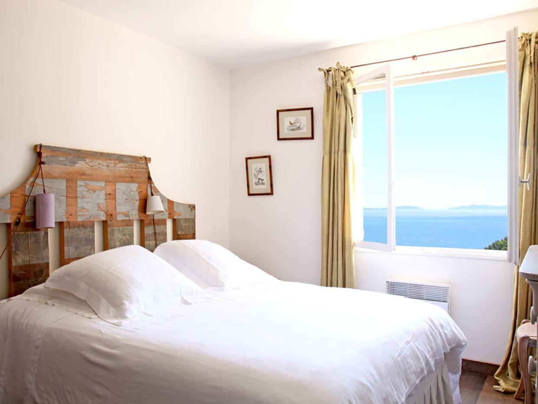 chambre avec la mer pour horizon. Black Bedroom Furniture Sets. Home Design Ideas
