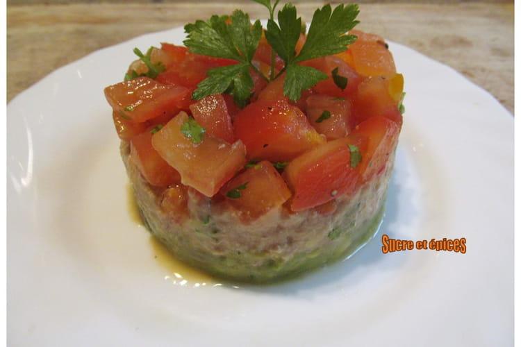 Salade avocat, thon et tomates façon millefeuille