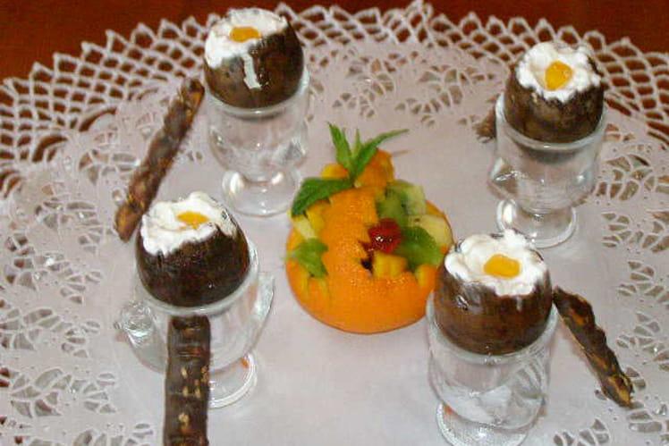 Œufs à la coque au chocolat et paniers de fruits